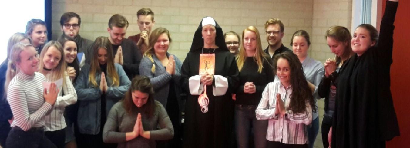 Anne-Marie Smeets Sloekers (als non) met studenten